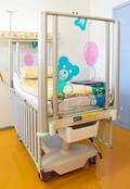 Čtyři nové krásné postýlky na dětském oddělení
